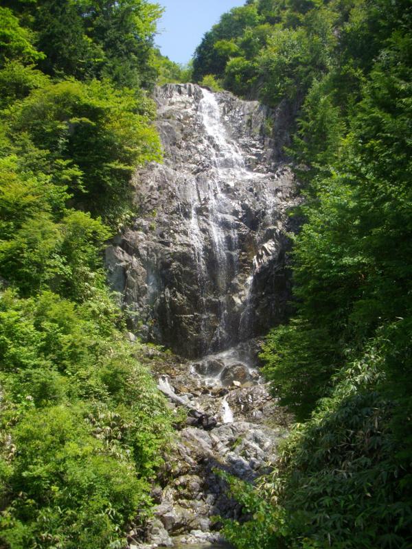 天空へ延びる滝