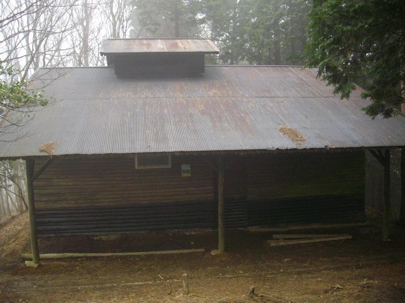 三峰の避難小屋