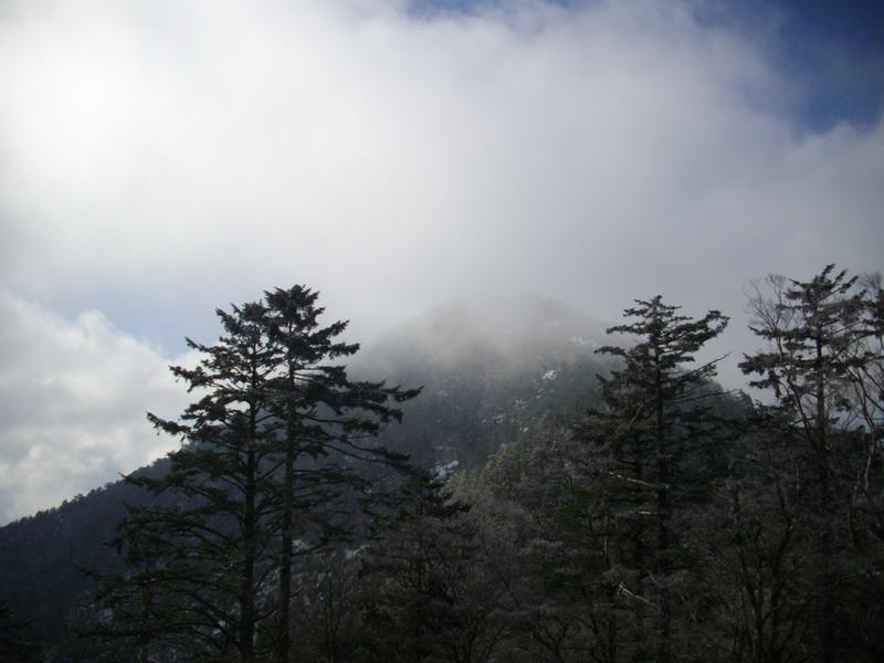 稜線から黒法師山頂を望む