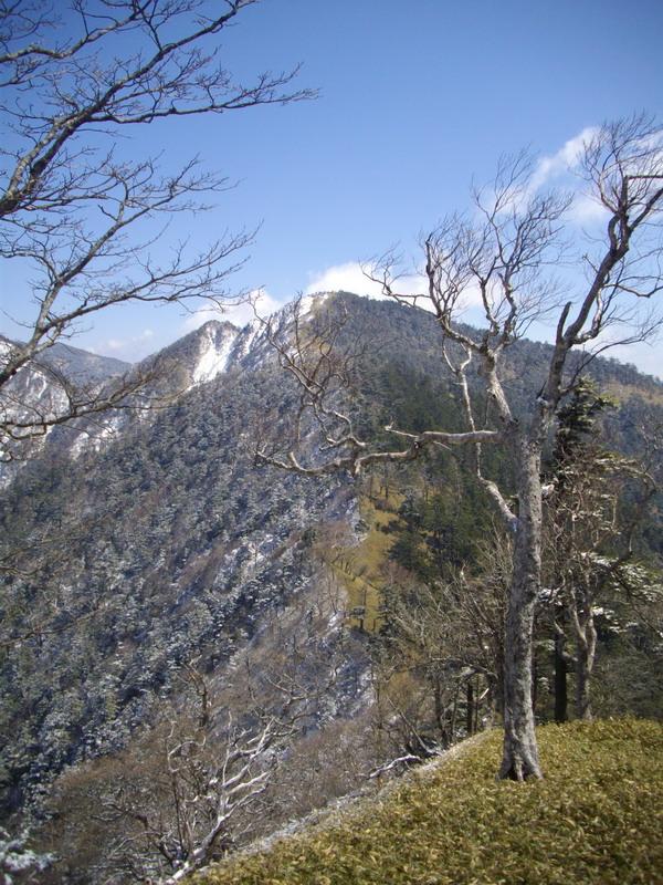 稜線出合いから丸盆岳を望む