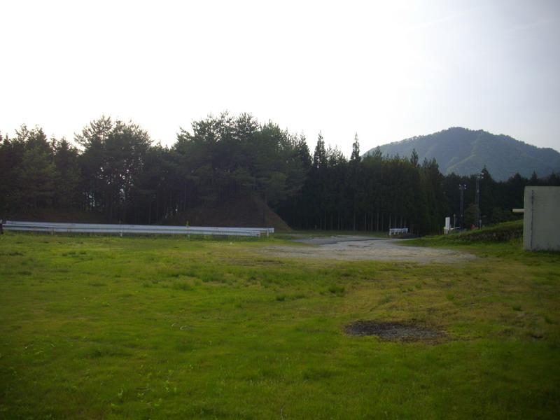 廃プールの駐車場