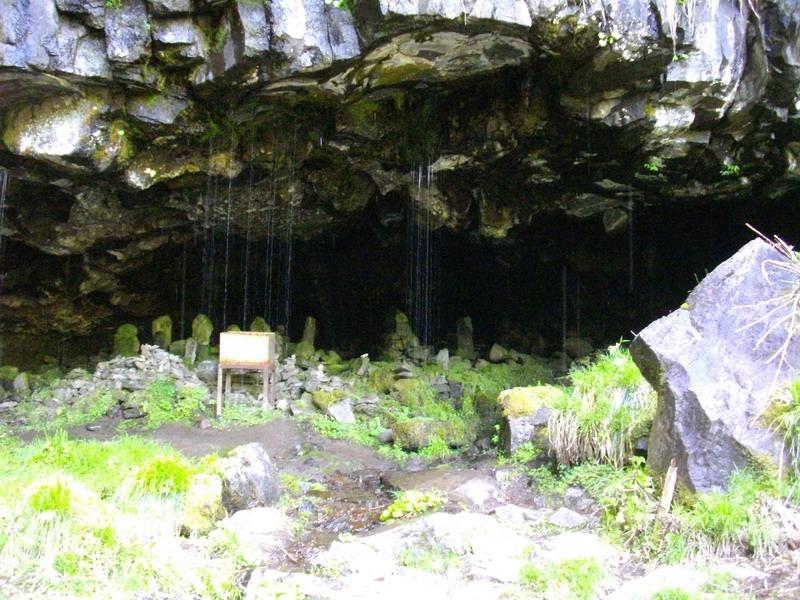 滝を取り囲む岩が素晴らしい