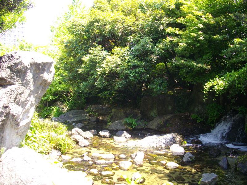川や滝なんかもある庭園