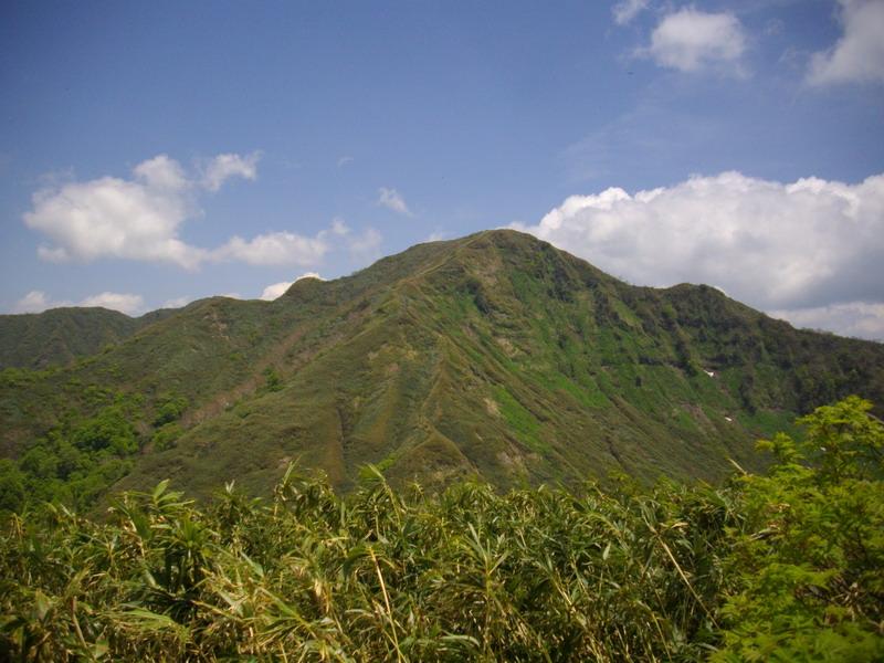 中岳から山頂を見る