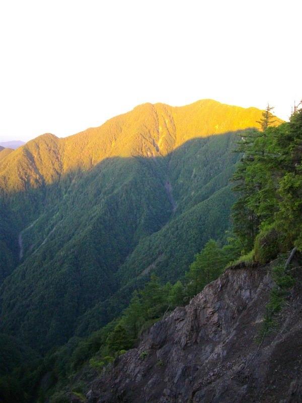 朝日と大無間山